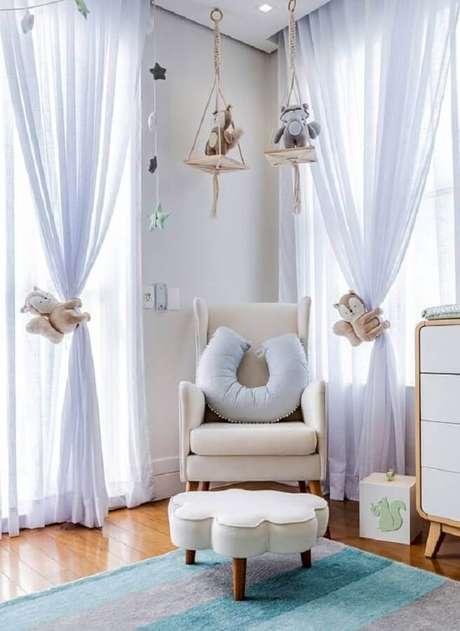 52. Decoração lúcida para quarto de bebê com poltrona de amamentação bege – Foto: Grão de Gente