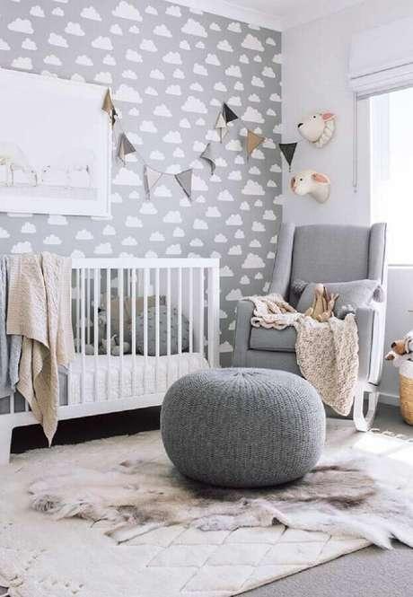 67. Poltrona de amamentação com balanço para quarto de bebê cinza decorado com papel de parede de nuvens – Foto: Home Fashion Trend