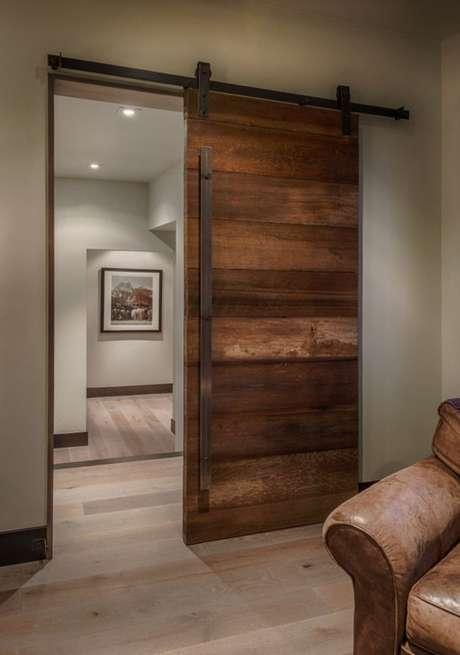 14. Decoração com porta de correr para sala de madeira – Foto Norcal Floor Design