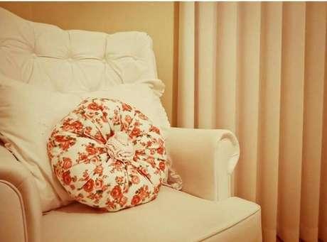 3. Use almofadas de apoio na poltrona de amamentação para ficar mais confortável. Projeto por Luciane Leal.