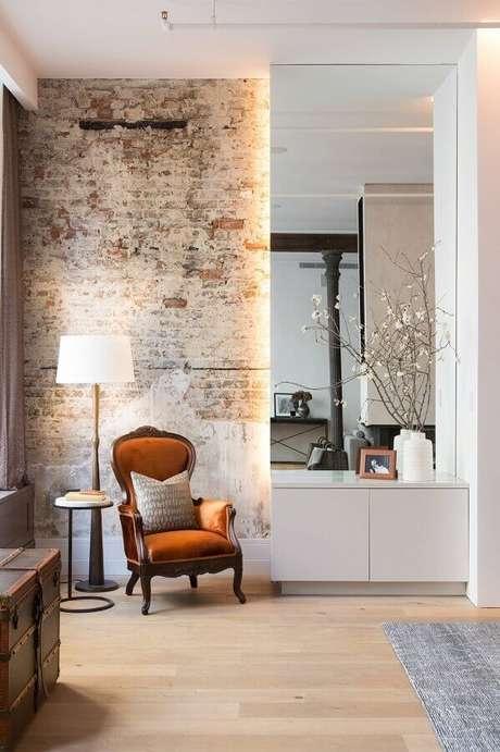 17. Ambiente decorado com parede de tijolinho rústica e poltrona marrom antiga – Foto: HomeAdore