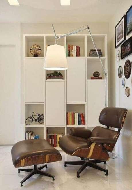 40. Cantinho de leitura todo branco decorado com poltrona marrom escuro – Foto: Pinterest