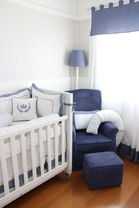 45. Poltrona de amamentação azul para quarto de bebê masculino – Foto: Lilibee