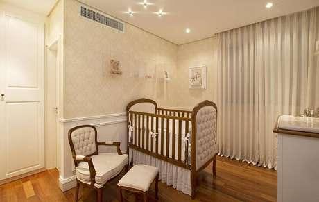 23. A poltrona de amamentação pode aparecer em quarto de estilo provençal. Projeto por RCB Arquitetura.