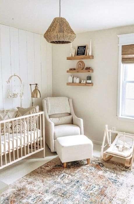 51. Poltrona de amamentação bege para quarto de bebê simples decorado em cores claras e neutras – Foto: Home Fashion Trend