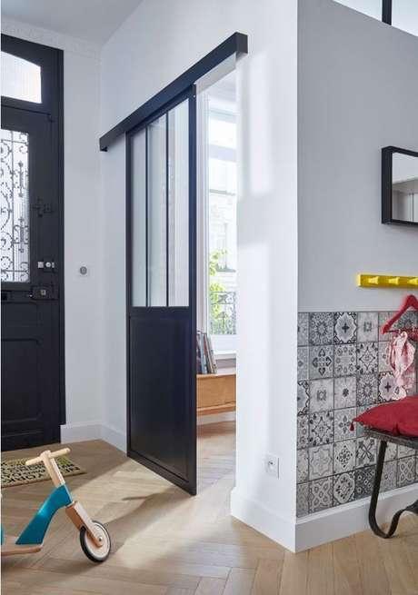 63. Porta de correr para sala pequena e preta – Foto Castorama France