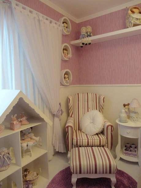 20. A poltrona de amamentação com tecido listrado também decora o quarto de menina. Projeto por Fernanda Guiz.