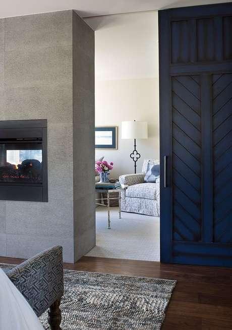4. Porta de correr de madeira na cor azul para sala de estar aconchegante – Foto Colorado Home smag