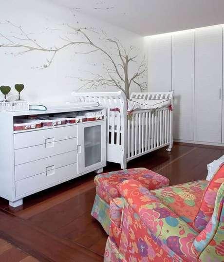 10. A poltrona colorida chama a atenção no quarto de menina com móveis brancos clássicos. Projeto por Juliana Santana.