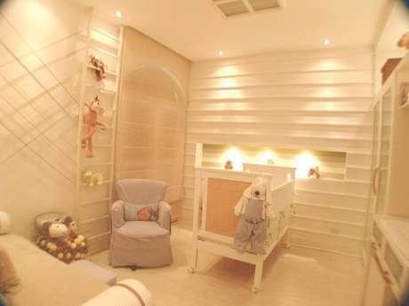 25. A capa da poltrona pode ser usada para combinar com a decoração escolhida para o quarto de bebê. Projeto por Nivea Puech.