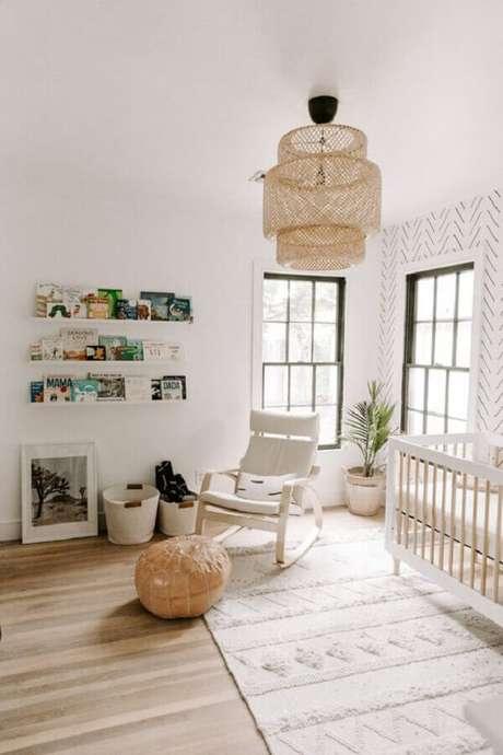 61. Quarto de bebê branco decorado com lustre rústico e poltrona de amamentação com balanço – Foto: Pinterest