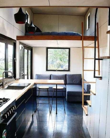 3. A escada discreta de madeira leva até a cama mezanino de casal. Fonte: Pinterest