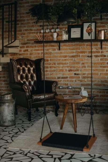 56. Decoração rústica com parede de tijolinho e poltrona marrom escuro – Foto: Mora Estúdio