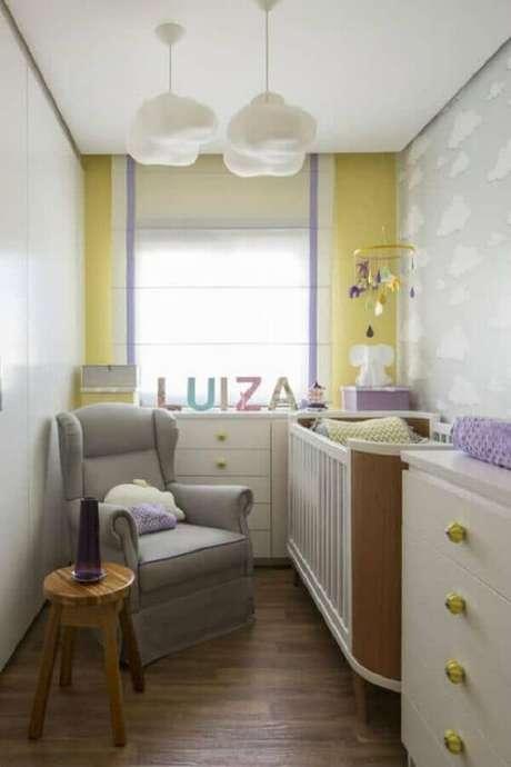 53. Decoração simples para quarto de bebê pequeno com poltrona de amamentação – Foto: Pinterest