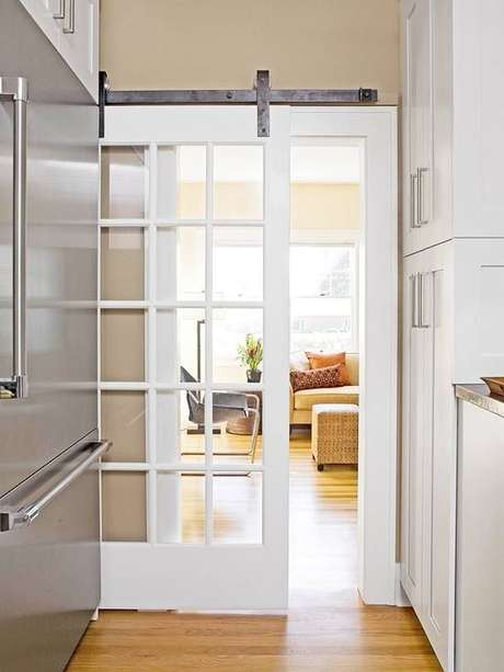 20. Porta de correr de madeira e vidro para sala – Foto Perfeita Ordem