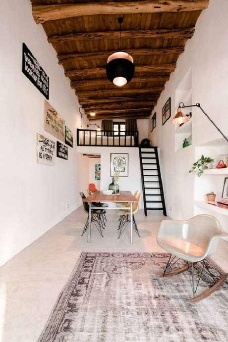 56. A escada discreta dá acesso a cama com mezanino. Fonte: Pinterest