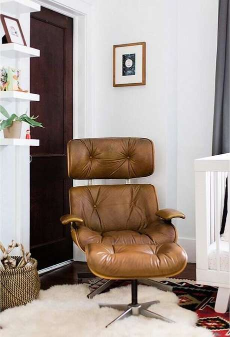 57. Poltrona marrom para decoração de sala branca – Foto: Pinterest