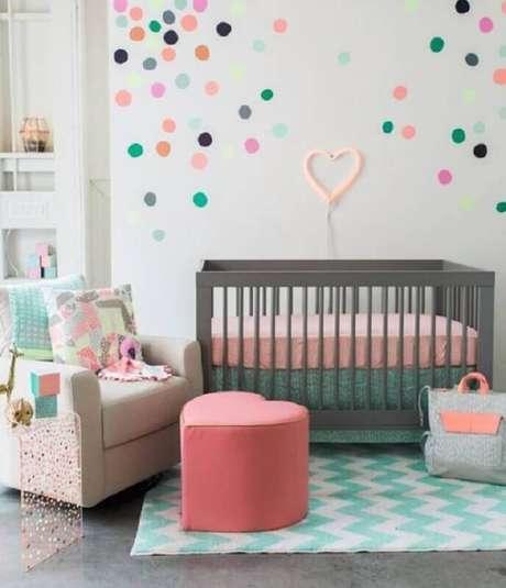 69. Quarto de bebê decorado com poltrona de amamentação bege e puff rosa em formato de coração – Foto: Pinterest