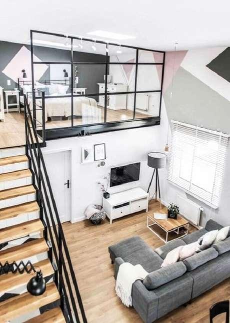 54. O guarda corpo feito em vidro integra a cama mezanino casal com o restante dos cômodos da casa. Fonte: Rocket Homes