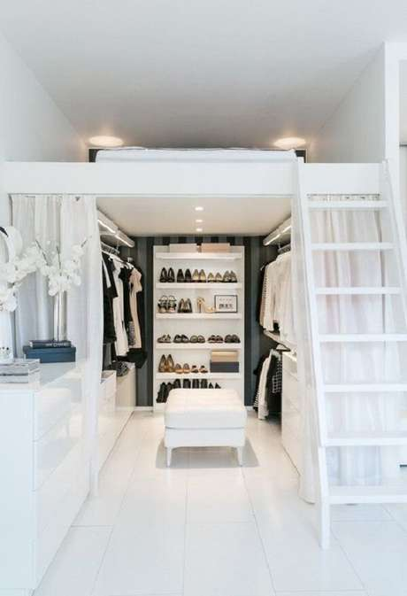 5. O mezanino com cama favorece a criação de um closet mesmo no quarto pequeno. Fonte: Pinterest