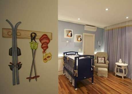 16. A poltrona de canto traz mais aconchego para o quarto de menino. Projeto por Lucia Tacla.