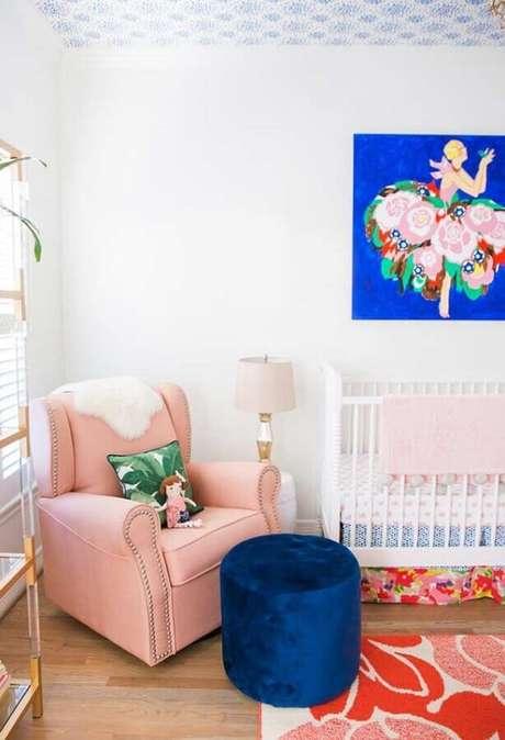65. Poltrona de amamentação rosa com puff azul para decoração de quarto de bebê branco – Foto: Ideias Decor