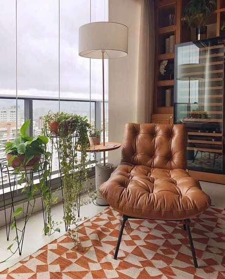 10. Poltrona marrom para decoração de varanda de apartamento – Foto: Pinterest