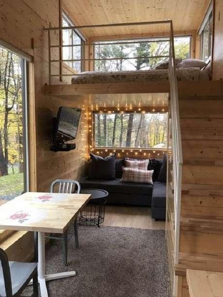 64. A cama mezanino casal ganha privacidade nesse projeto de tiny house. Fonte: Pinterest