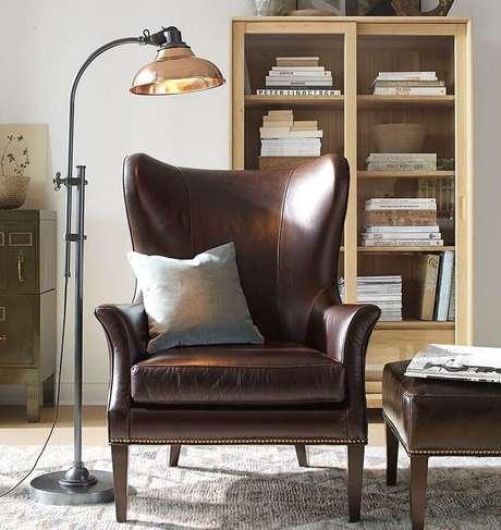 39. Poltrona marrom escuro para decoração de sala simples – Foto: Pinterest