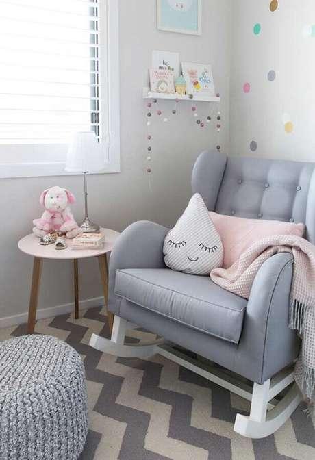 59. Poltrona de amamentação cinza para decoração de quarto de bebê com tapete chevron – Foto: Casa de Valentina