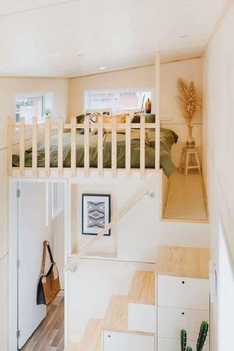 10. A escada funcional repleta de compartimentos conduz os moradores até a cama mezanino casal. Fonte: Tiny Living