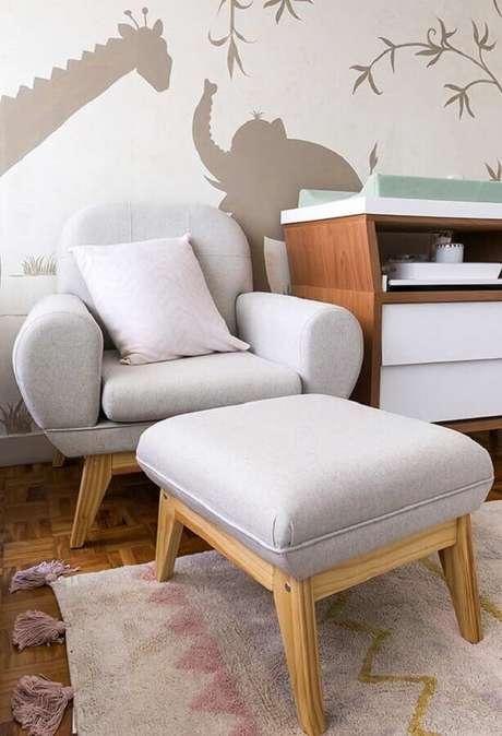 56. Poltrona de amamentação cinza claro para decoração de quarto de bebê – Foto: Pinterest