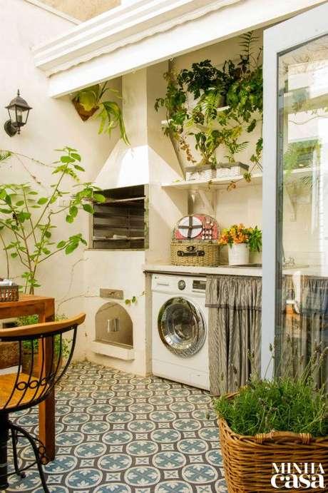41. Área gourmet com lavanderia ao lado da churrasqueira – Foto Minha Casa Abtil