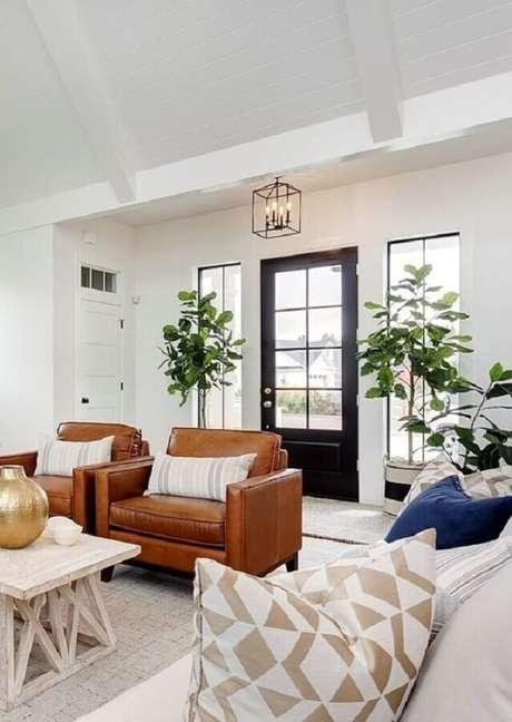 14. Decoração clean para sala branca com jogo de poltrona marrom – Foto: Clark & Co. Homes