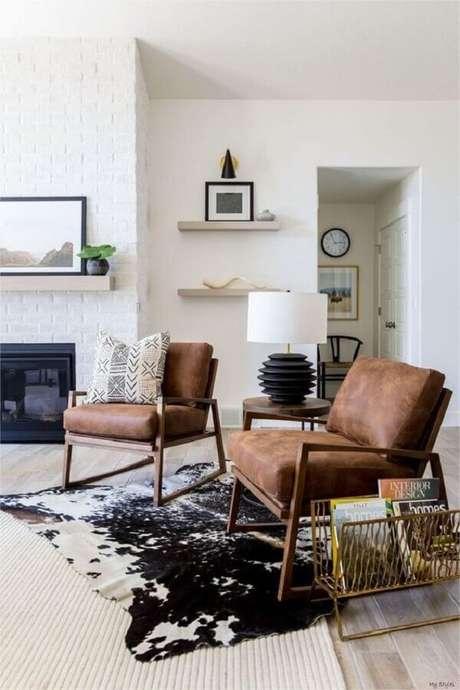 22. Decoração de sala branca com tapete de couro e poltrona marrom escuro – Foto: Etsy