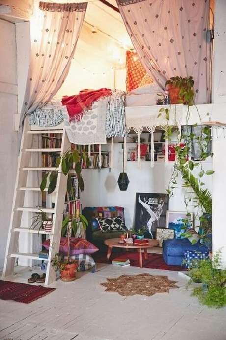 29. Loft aconchegante com inúmeras plantas e cama mezanino. Fonte: Pinterest