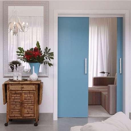 61. Porta de correr para sala na cor azul – Foto Pinterest