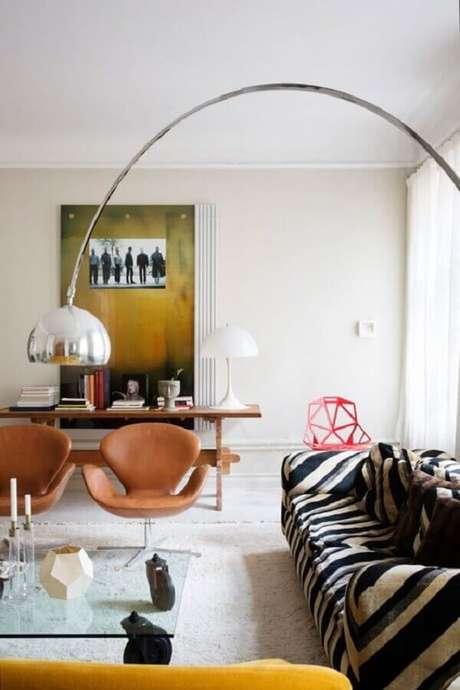 5. Decoração clean para sala com poltrona marrom giratória – Foto: L'Essenziale