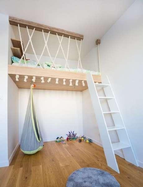 55. A cama suspensa mezanino otimiza o quarto infantil e permite que a criança tenha mais espaço para brincar. Fonte: Super Stolarz