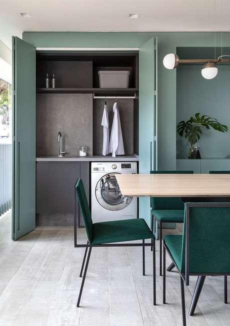 3. Área gourmet com lavanderia e decoração em tons de verde – Foto Casa Vogue