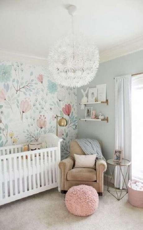 47. Decoração de quarto de bebê com papel de parede floral e poltrona de amamentação bege – Foto: Pinterest