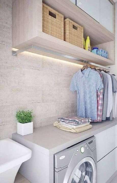 15. Decoração lavanderia pequena com armários planejados e cabideiro – Foto-Pinosy