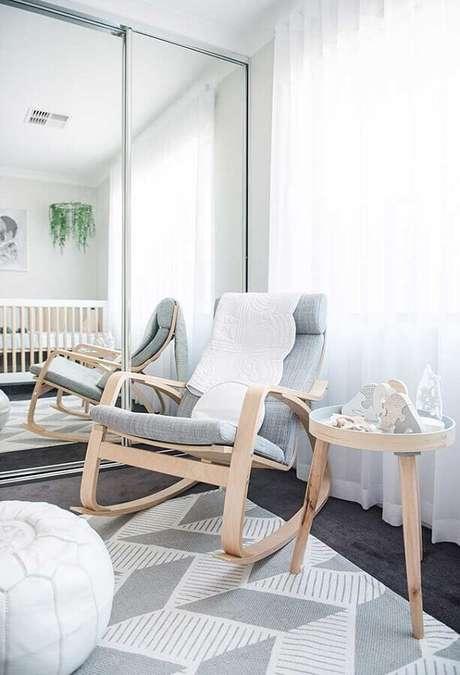 58. Quarto de bebê cinza decorado com guarda roupa espelhado e poltrona de amamentação com balanço – Foto: Pinterest