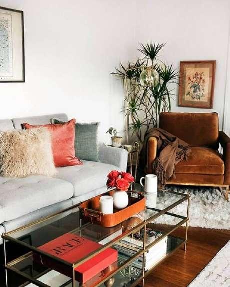24. Decoração de sala de estar com sofá cinza e poltrona marrom – Foto: Apartment Therapy