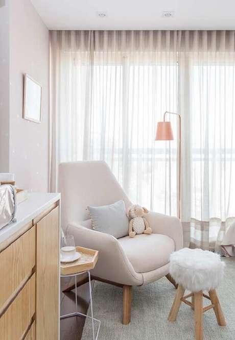 48. Decoração em cores claras para quarto de bebê com poltrona de amamentação bege – Foto: Casa de Valentina