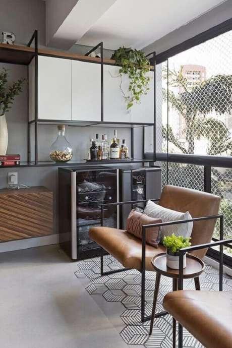 9. Varanda de apartamento com estilo industrial decorada com poltrona marrom moderna – Foto: Moana Arquitetura