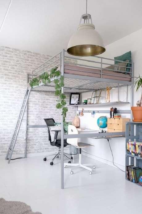 21. O escritório foi montado embaixo da cama casal mezanino. Fonte: Pinterest