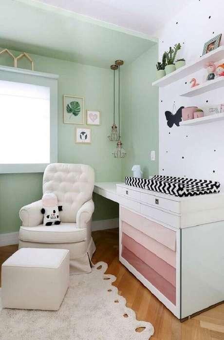 54. Poltrona de amamentação branca para quarto de bebê decorado com parede verde e branca – Foto: Casa de Valentina