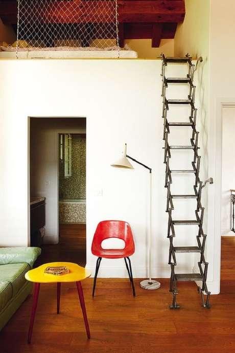 42. Cama mezanino com escada retrátil. Fonte: Revista AD