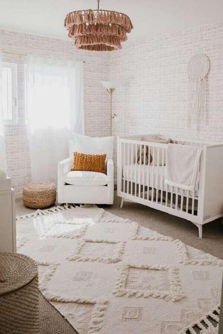 64. Decoração clean para quarto de bebê com lustre rústico e poltrona de amamentação branca – Foto: Home Fashion Trend